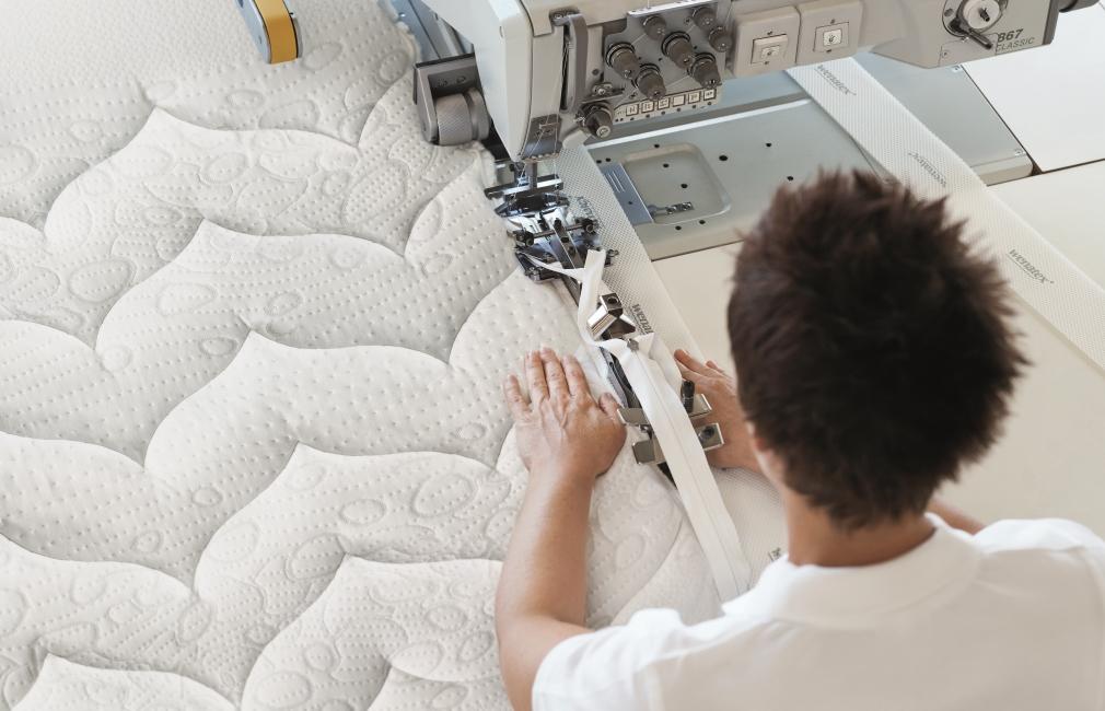 Der wenaCel® sensitive Matratzen-Bezug wird von Hand genäht