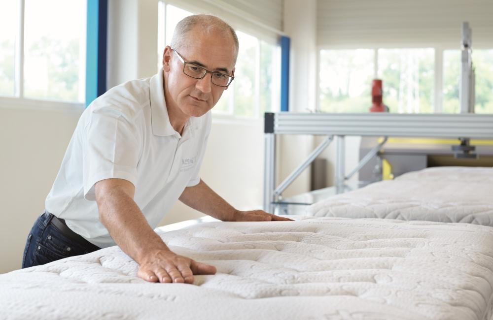 Qualitätskontrolle in der Wenatex-Produktion in Ranshofen