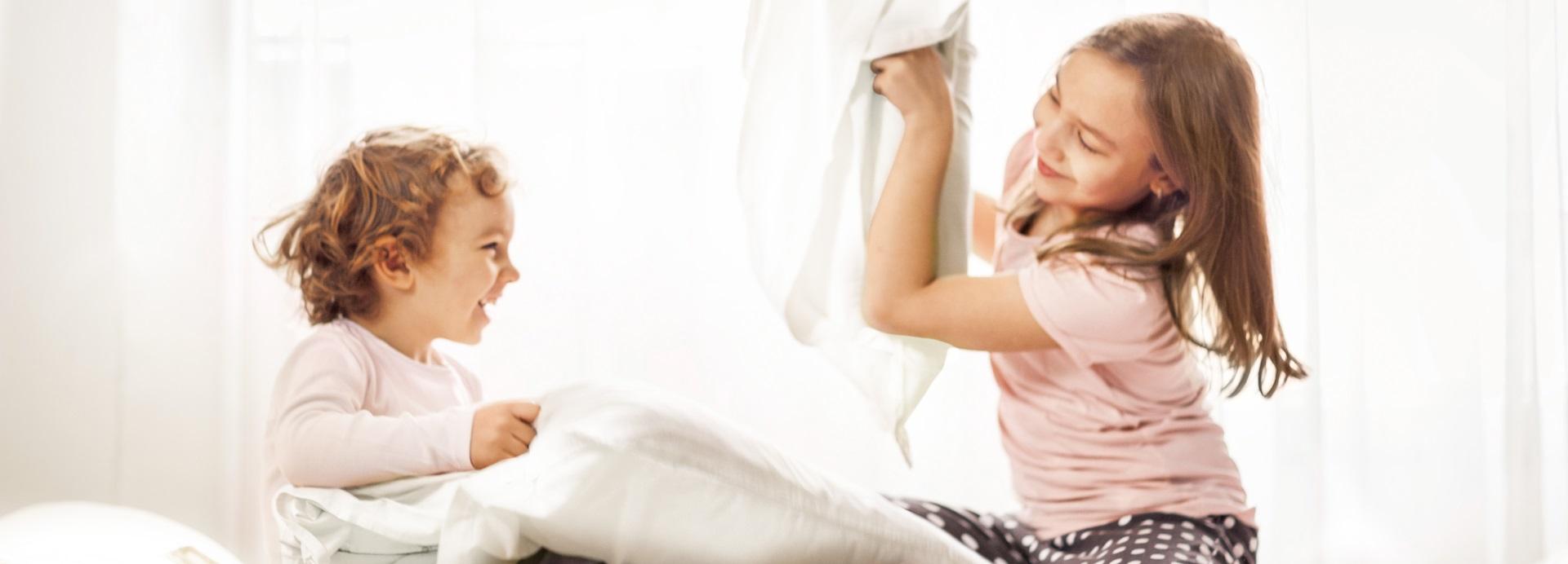 Kinder spielen im Wenatex-Bett